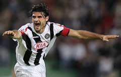 Udineses Vincenzo Iaquinta jubler etter et av sine tre mål. (Foto: AFP/Scanpix)
