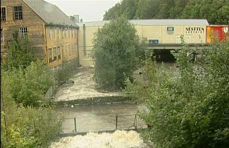 Nesttun sentrum ble oversvømmet da Nesttunelven gikk over sine bredder. Foto: Jo Hjelle, NRK