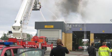 Brannen ved Haugerød & Nilsen startet på taket. Foto: Richard Aune