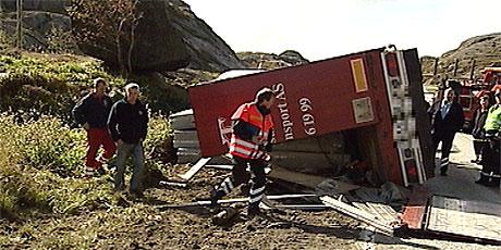 Sjåføren, en mann i 40-årene fra Egersund, omkom da traileren veltet. Foto: Bjørn Olav Skjæveland