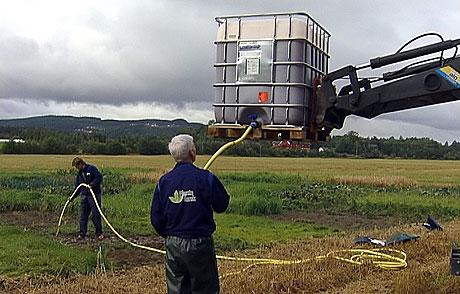 1500 liter jordbærsyltetøy ble spredd på jordet i Stjørdal torsdag. Foto: NRK Trøndelag.