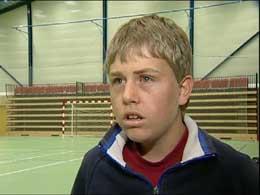 Stian Embretsson (13) er et av 12 barn med AT (Foto: NRK)