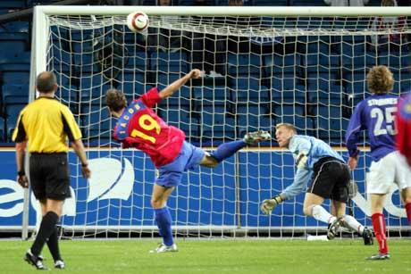 Steuas Victoras Constantin Iacob scorer sitt lags andre mål mens VIFs keeper Øyvind Bolthof er sjanseløs. (Foto: Håkon Mosvold Larsen / SCANPIX)