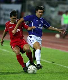Evertons Valente Nuno (t.h) prøver å stoppe Dinamo Bucurestis Andrei Margaritescu. (Foto: Reuters/Scanpix)
