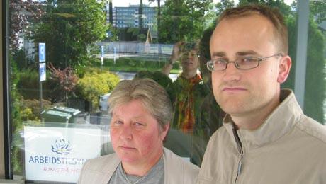 Seniorinspektør Gunn Berit Gjevestad (t.v.) og inspektør Lars Ole Thunold i Arbeidstilsynet fekk sjokk, då ho kom på tilsynsbesøk i går. Foto: Stine Hansen, NRK