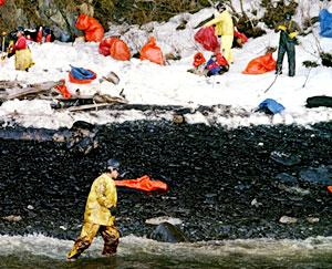 """Oljeforurensningen etter orkanen """"Katrina"""" kan vise seg å være verre enn de 40 millionene råolje som ble sluppet ut fra oljetankeren Exxon Valdez. (Foto: Scanpix/AFP)"""