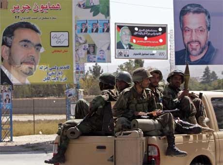 Sikkerheten er i fokus foran morgendagens valg i Afghanistan. Her patruljerer soldater gatene i hovedstaden Kabul. (Foto: Ahmad Masood/ Reuters/ Scanpix)