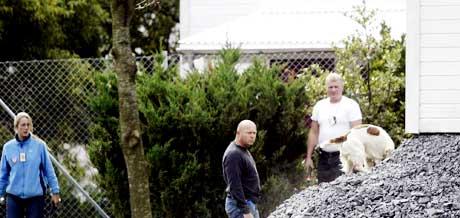 Politi med bombehunder sjekket området rundt bygningen der NOKAS-rettssaken starter på mandag. (Foto: Alf Ove Hansen/Scanpix)