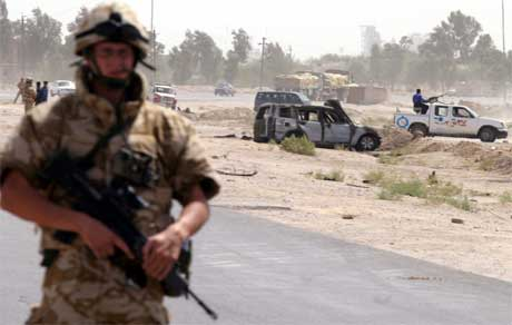 En britisk soldat på vakt etter en selvmordsbomber slo til i Zubair, rundt 30 km fra Basra. (Arkivfoto: Atef Hassan/ Reuters/ Scanpix)