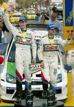 Michael Park (t.h.) sammen med Markko Märtin etter at de to vant Rally Catalonia i 2004. (Foto: AFP/Scanpix)
