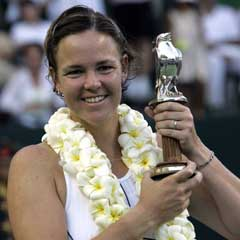Lindsay Davenport fikk både krans og pokal da hun vant en turnering på Bali i september. (Foto: AFP/Scanpix)