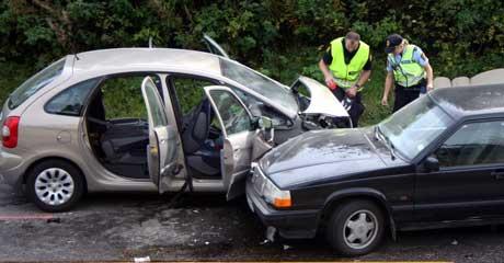 To biler frontkolliderte på E18 i Mysen, og en tredje bil kjørte inn i de to. Foto: Glenn Thomas Nilsen