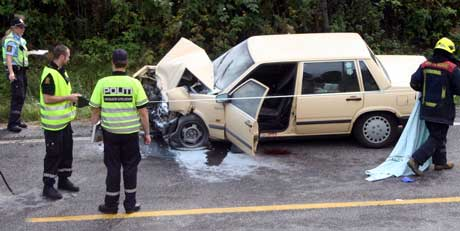 Sjåføren av Volvoen klarte ikke å stanse, og kjørte inn i de to andre bilene. Foto: Glenn Thomas Nilsen