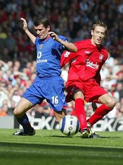 Roy Keane i kamp med Peter Crouch under kampen mot Liverpool. (Foto: AP/Scanpix)