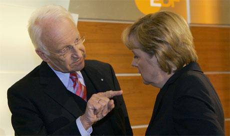 Edmund Stoiber, leder for CDUs søsterparti i Bayern, CSU, drøfter valgresultatet med CDU-leder og kanslerkandidat Angela Merkel. (Foto: Ina Fassbender/Reuters/Scanpix)