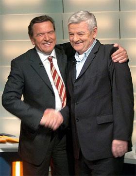 Gerhard Schröder (SPD) håper å fortsette som forbundskansler med De Grønne og utenriksminister Joschka Fischer. Men i så fall må også liberale FDP inn i regjeringen. (Foto: Jens Büttner/AP/Scanpix)