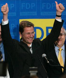 Guido Westerwelle, leder for det liberale FDP, gjorde et godt valg og kan få regjeringsinvitasjoner fra både CDU/CSU og SPD. (Foto: Miro Kuzmanovic/Reuters/Scanpix)