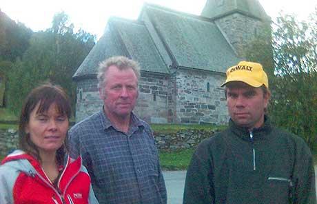 Birgit Voll, Arne Hove og Frode Voll kan no gå i gang med bygginga av fellesfjøsen ved Hove steinkyrkje. MMS-foto: Arve Uglum, NRK