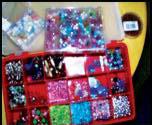Perler i alle farger blir til originale smykker.
