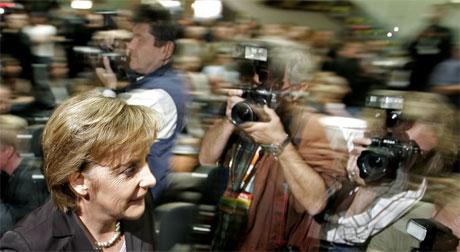 CDU-leder Angela Merkel ber om ny tillit før hun starter regjeringsforhandlinger. (Foto: Jerry Lampen/Reuters/Scanpix)