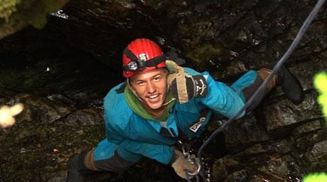 Per Olav rapellerer ned i grotta. Foto: NRK