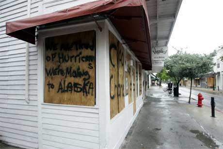 En butikkeier i feriebyen Key West har forberedt seg på det som kan bli den femte orkanen over byen i år. (Foto: J. Pat Carter/ AP/ Scanpix)