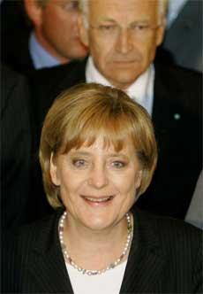 En fornøyd Angela Merkel fikk i dag massiv oppslutning som parlamentarisk leder. (Foto: Arnd Wiegmann/ Reuters/ Scanpix)