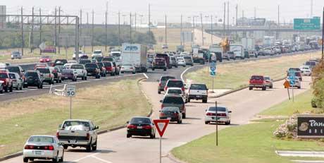 BEDT OM Å FORLATE BYEN: Tett trafikk ut av Galveston, Texas, i retning Houston. (Foto: Scanpix / Reuters / Tim Johnson)