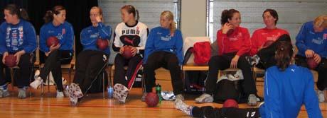 Larvik Håndballklubbs spillere skal hjelpe Puma med å utvikle sko som hindrer skader. Bildet er hentet fra treningen før europacuptriumfen i mai. Foto: NRK.