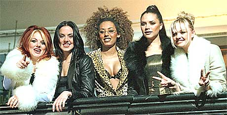 Spice Girls da de var venner. Fra venstre: Geri, Victoria, Mel B, Mel C og Emma. Foto: Scanpix.