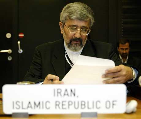 Irans utsending Ali Asghar Solthanieh sjekker papirene sine på IAEA-møtet i Wien. EU har spilt ballen over til IAEA (Scanpix/AP)