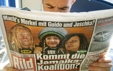 Kommer Jamaica-koalisjonen? spør Bild Zeitung etter det overraskende tyske valgresultatet. Klengenavnet på en eventuell koalisjon mellom FDP, SPD og De Grønne kommer av at partifargene er de samme som i det jamaicanske flagget. (Foto: Scanpix/AFP)