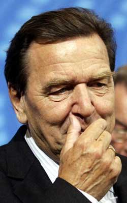 Det kan bli vanskelig å få til en storkoalisjon dersom ikke Gerhard Schröder trekker seg, tror Jahn Otto Johansen. (Foto: AP/Scanpix)