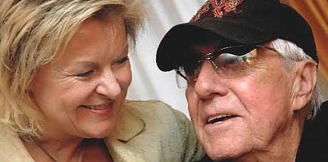 - Jeg elsket stemmen din dengangen, og jeg elsker den nå, sier Bettan til Lee Hazlewood, som kom til Oslo for å gjøre «Jackson» for første gang med noen andre enn Nancy Sinatra. Foto: Gitte Johannessen, NTB.