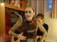 """Gjertud Jynge spiller fem roller. Her kles hun om til rollen som """"den grønnkledde"""". Foto: NRK"""