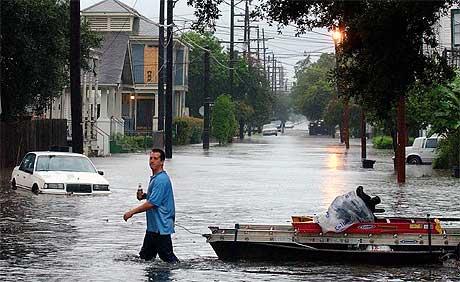"""VÅTT: Jeff Davis Parkway i New Orleans ble gjort om til rene vannveien av orkanen """"Katrina"""". Foto: AP/Scanpix."""