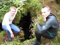 Per Olav og Arne Grønlie foran grotteinngangen. Foto: NRK