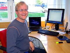 Bjarte Johannesen jobber med teksting på DAB-radio i NRK. Foto: Per Kristian Johansen, NRK