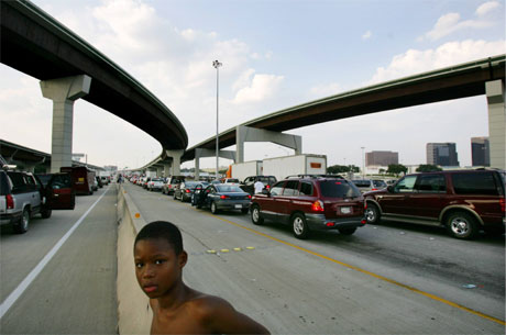 Tusener av biler har kurs ut av Dallas og vekk fra orkanen Rita. (Foto: Carlos Barria/Reuters/Scanpix)