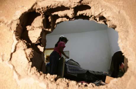 En palestinsk jente leter i ruinene av et ødelagt hus i Beit Lahya lørdag morgen. (Foto: M.Abed, AFP)