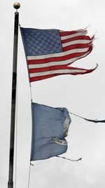 """USAs og statens Louisianas flagg får gjennomgå av """"Rita"""". (Foto: R. Gershon, AFP)"""