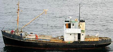 Mangla det meste: Båten var utan namn og sambandsutstyr og hadde verken godkjende sertifikat eller redningsutstyr. (Foto: KV Andenes)