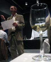 Toralf Bølgen fra Bølgen & Moi holdt vinsmakingskurs. Foto: Anne Linn Ensby/NRK