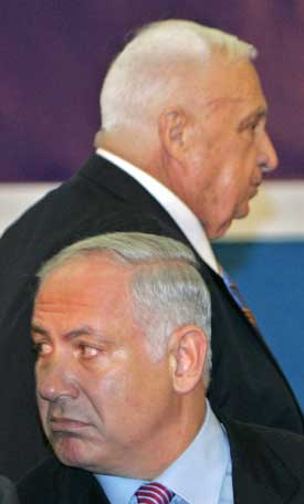 Ariel Sharon (bak) risikerer å tape for utfordreren Benjamin Netanyahu. Foto: Scanpix/Reuters.