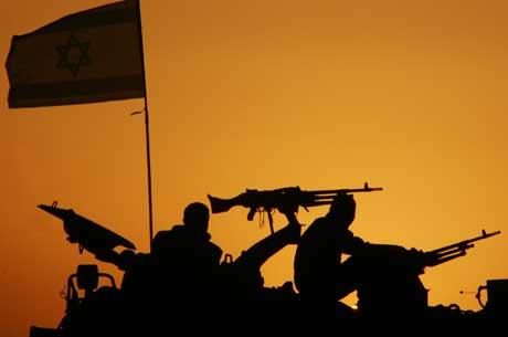 Israelske stridsvogner har tatt oppstilling ved grensen til Gaza-stripen. Foto: Scanpix/Reuters.