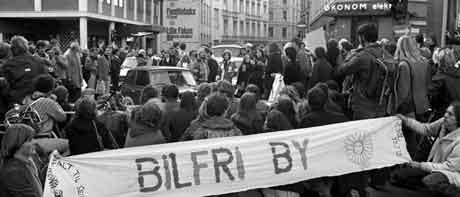 Demonstrasjon mot massebilisme og for bilfri by. Bildet er fra Oslo høsten 1978. Foto Henrik Laurvik / NTB / SCANPIX