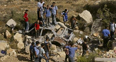 Palestinske skolegutter samlet seg på stedet der israelske soldater fant liket av den bortførte 50-åringen. (Foto: N.Nasser, AP)