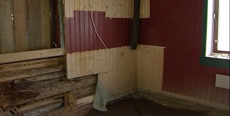 Både gulv og kledning må vekk for å bli kvitt soppen Foto: Bjørn Opsahl/Nrk