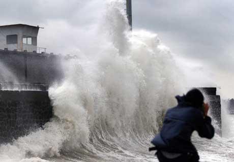 """""""Damrey"""" var den kraftigste tyfonen som hadde rammet Hainan siden 1973. Her slår den mot et kaianlegg (Scanpix / Reuters)"""
