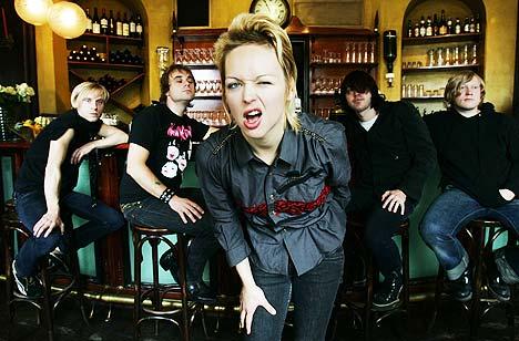 Surferosa slipper ut sitt nye album «The Force» mandag. I Baren fra venstre: Andreas Orheim (synth), Jan Roger Sletta (trommer), Mariann Thommassen (vokal), Ziggy Løvik (bass) og Kjetil Wevling (gitar). Foto: Erlend Aas, Scanpix.